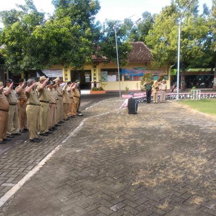petugas upacara desa landoh