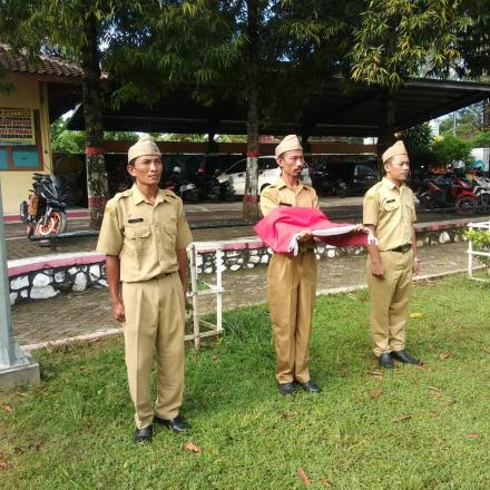 Album : Petugas Upacara Setiap Tanggal 17 di Kecamatan